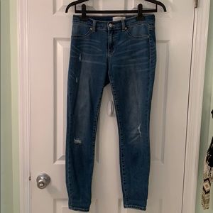Skinny jeans with distressed rips